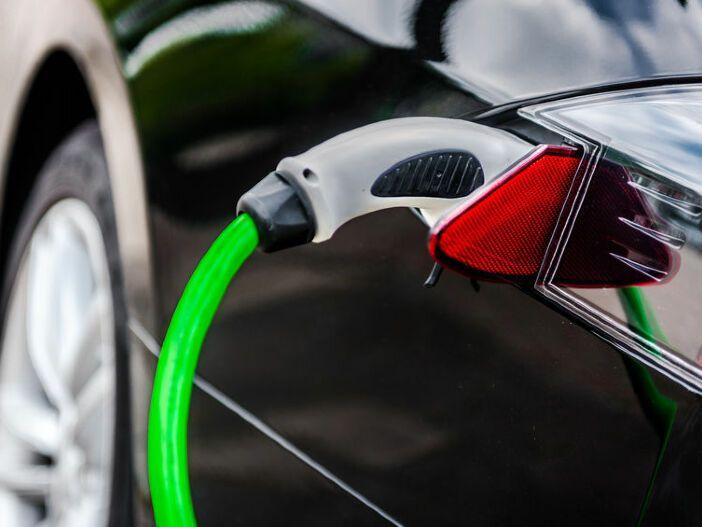 0,5 statt 1 % Besteuerung: Beim Firmenwagen mit Elektroautos und Plug-in-Hybriden sparen