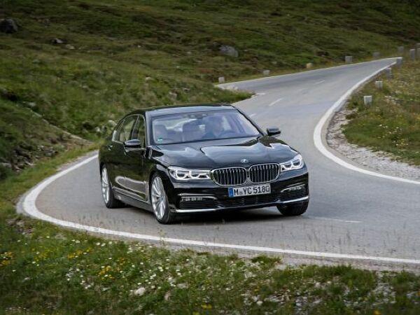 Der 7er BMW wechselt jetzt (fast) selbst die Spur