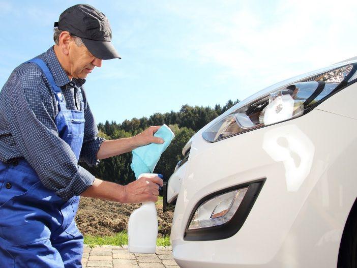 Lästig vor allem im Sommer: Insekten vom Auto entfernen