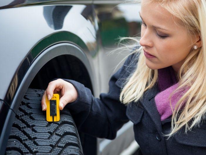 So messen Sie die Profiltiefe am Reifen
