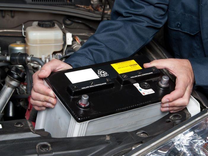 So bauen Sie die Autobatterie richtig ein und aus