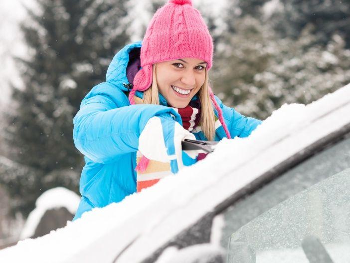 Im Winter beim Eiskratzen den Motor warmlaufen lassen?