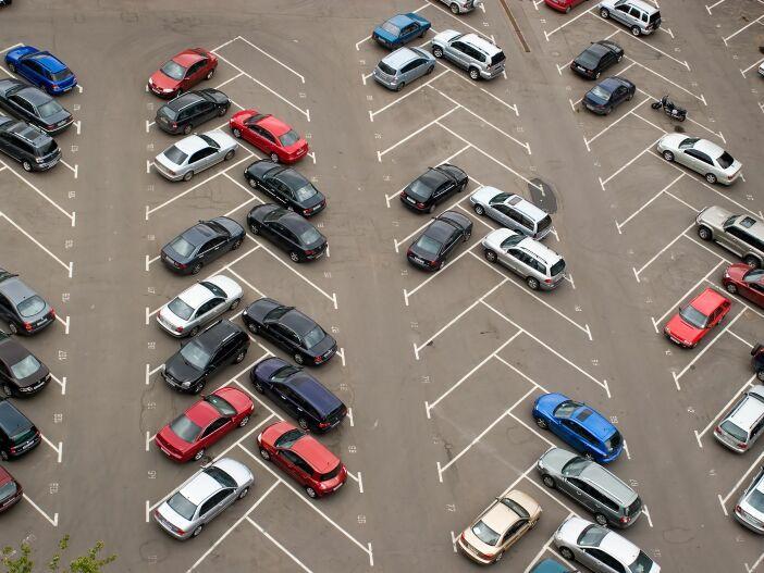 Rechts vor links oder jeder, wie er will? Verkehrsregeln auf dem Parkplatz