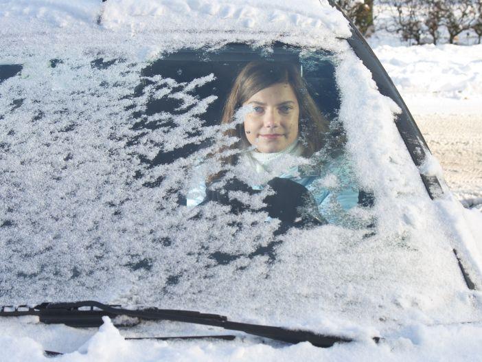 Umfrage von Ford zeigt: Nicht jeder Autofahrer schätzt die Gefahren im winterlichen Straßenverkehr richtig ein