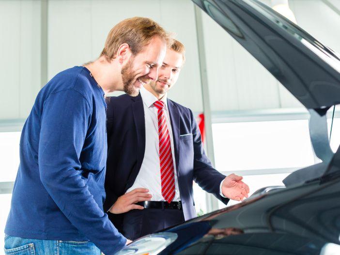 Tipps für den Gebrauchtwagenkauf: So können auch Laien den Motor prüfen