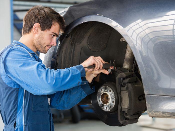 So prüfen Sie die Bremsbeläge Ihres Autos