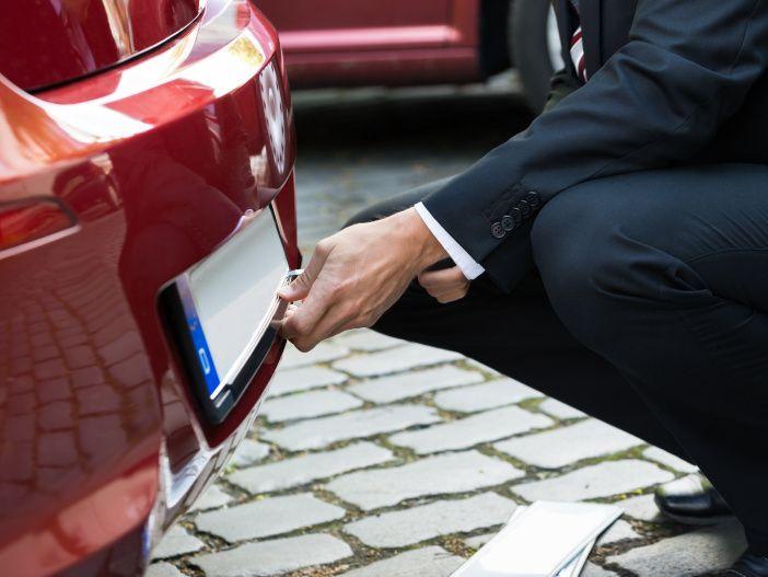 So wechselt man das Nummernschild am Auto