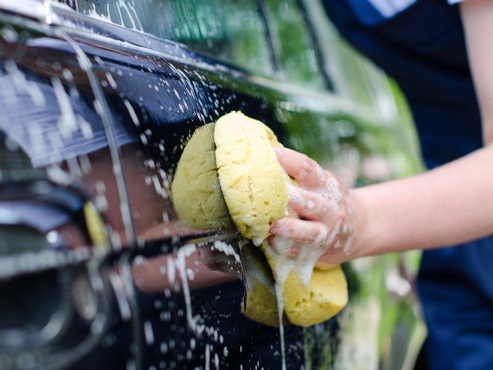 Blütenstaub, Saharasand, Honigtau & Co.: Diese Gefahren lauern in der warmen Jahreszeit auf den Autolack